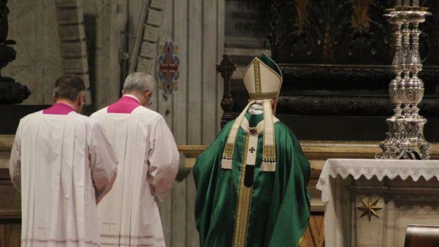Papa Francisco caminhando