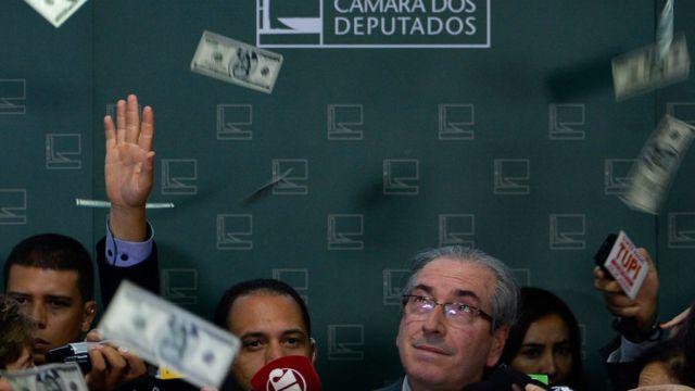 Manifestante joga dólares falsos em Eduardo Cunha durante entrevista coletiva