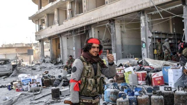 انتصار مقاتلو المعارضة السورية التي سيطرت على عفرين بدعم من الطيران التركي في 18 مارس/آذار 2018 يقومون بنهب المحلات التجارية في المدينة