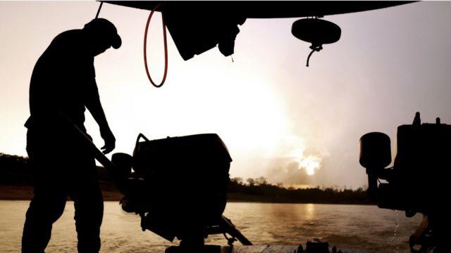 Homem no rio Juná