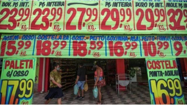 Cartazes de preços na porta de um mercado