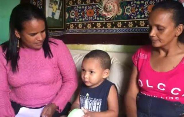 Erik com a avó Maria e com a vizinha Alessandra