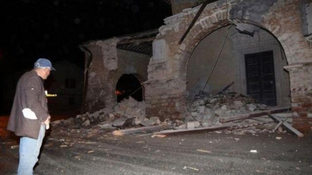 कई गांवों में पुरानी इमारतें गिर गईं.