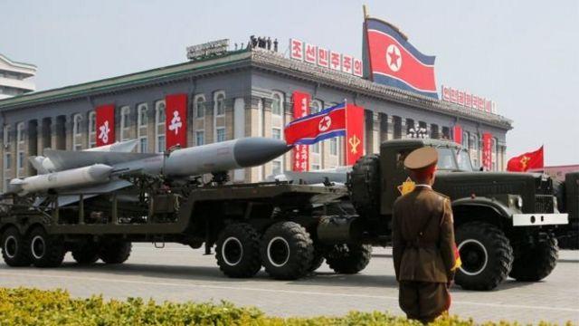 เกาหลีเหนือประกาศว่าพร้อมรับสงครามเต็มรูปแบบในการสวนสนามของกองทัพวานนี้