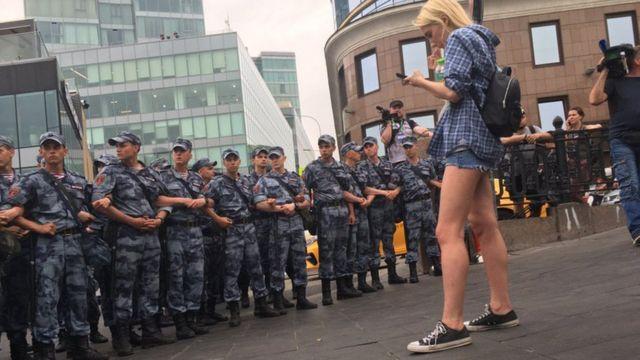 Сотрудники Росгвардии остановили шествие, выстроившись в цепочку