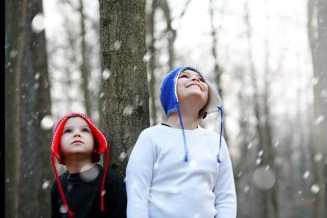 Dois irmãos, diagnosticados com autismo, na neve