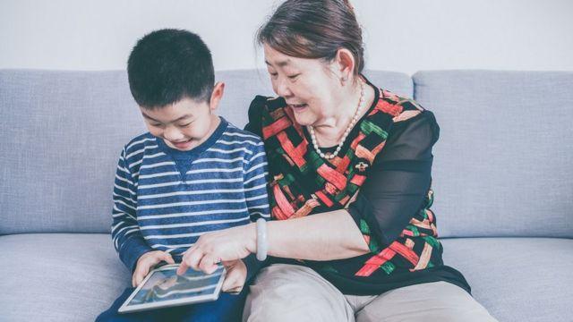 奶奶讚揚孩子讀得好