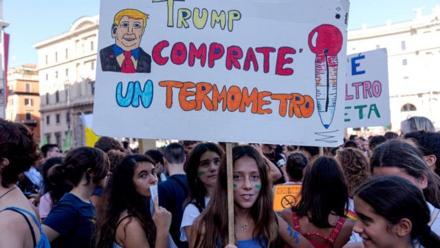 """Трамп, купите градусник"". Климатический протест в Риме"