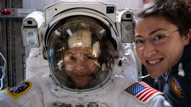 Las astronautas se preparan para salir a la caminata espacial.