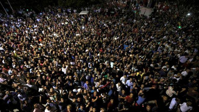 """Decenas de personas salieron a la calle en Estambul para rechazar lo que el presidente Erdogan denunció como un """"intento de golpe"""" de Estado."""