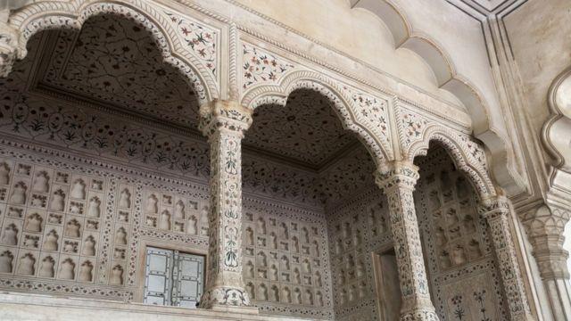 El salón donde estaba el trono en el salón de audiencias del Fuerte de Agra.