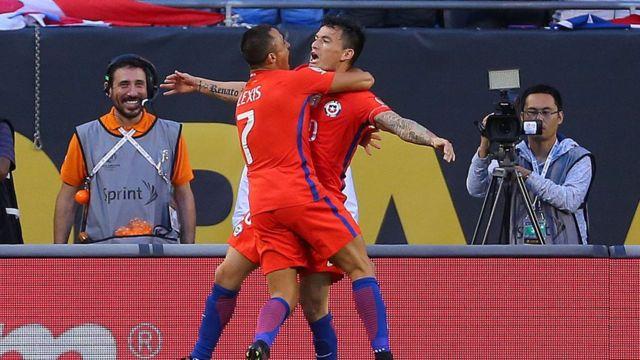 Alexis Sánchez celebra el primer gol con Charles Aránguiz