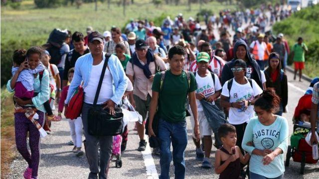 La caravana de migrantes marchando por México