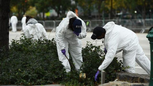 Los forenses recolectando evidencia.