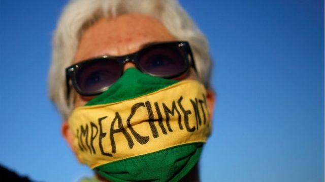 Manifestante pede impeachment de Bolsonaro, em junho, em frente ao Congresso