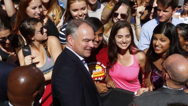 Tim Kaine en un acto de campaña con jóvenes