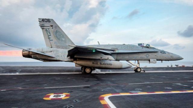 """Истребитель F/A-18C взлетает с американского авианосца """"Карл Винсон""""."""