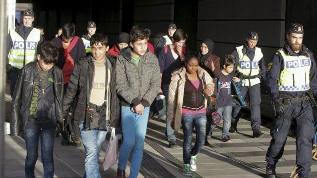 マルモに到着した移民と警官