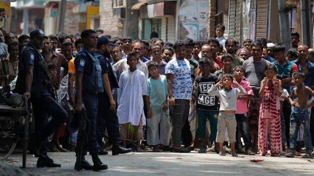 Abaturage bateraniye mu mihanda bitegereza ighe igitero cyagabwaga na polisi i Narayanganj