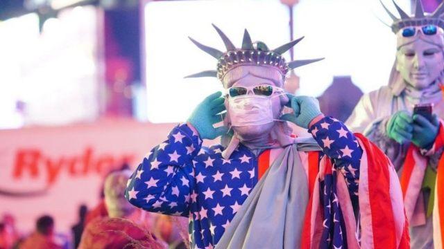 纽约时代广场戴口罩的街头表演者