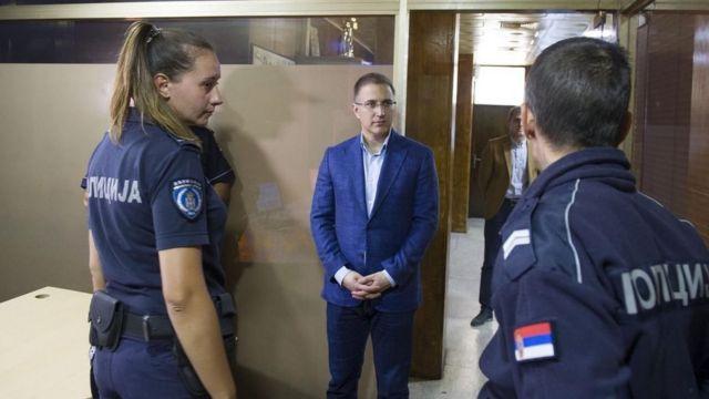 Ministar policije Nebojša Stefanović razgovara sa policajcima