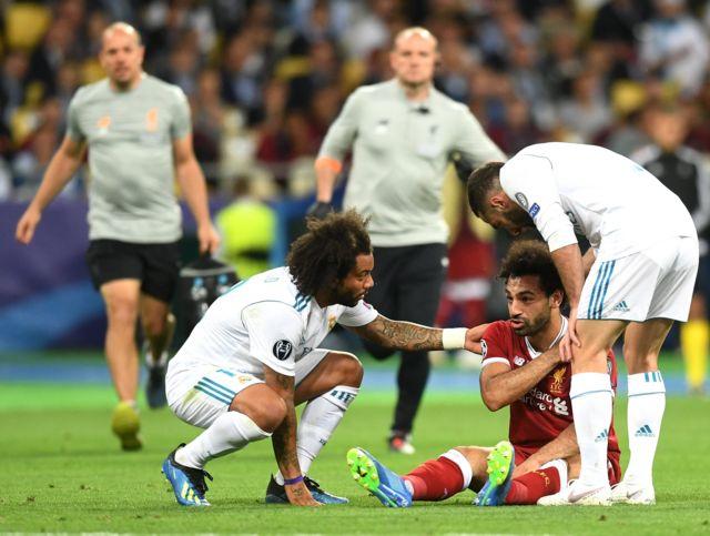 """Гравці """"Реалу"""" Марсело і Данієль Карвахаль допомагають нападнику """"Ліверпуля"""" Мохамеду Салаху, який упав, отримавши травму на полі"""
