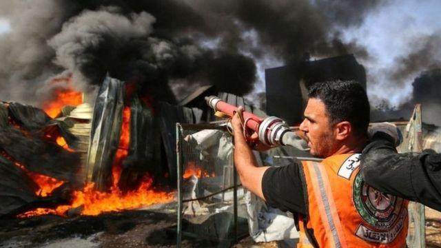 Petugas pemadam kebakaran Palestina di pabrik spons Senin (17/05).