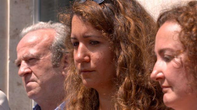 إيليف غوناي (وسط الصورة) ابنة أحد الصحفيين المسجونين في تركيا