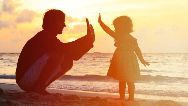 पिता से हाथ मिलाती बच्ची