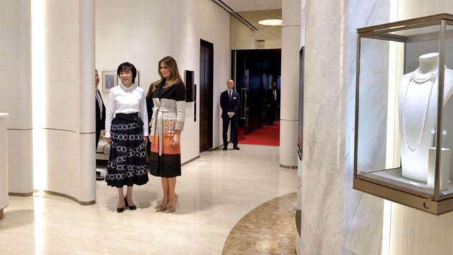 梅拉尼婭·特朗普(中)與安倍昭惠(左)抵達東京銀座禦木本真珠店本店(5/11/2017)
