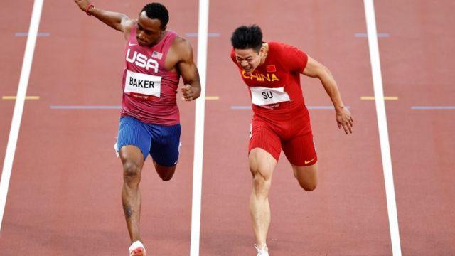 Ronnie Baker dos Estados Unidos e Su Bingtian da China competem na final dos 100m Masculinos nos Jogos de Tóquio