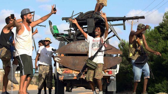 أفراد من الميليشيات الموالية لحكومة الوفاق الوطني يحتفلون بتقدمهم جنوب العاصمة الليبية، في سبتمبر/أيلول 2018