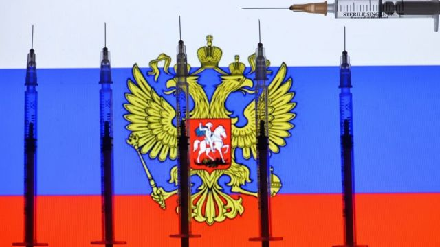 Bandera rusa con jeringas.