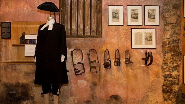 Köle ticaretinin gerçekleştiği döneme ait kıyafetler Kurá Hulanda Müzesi'nde sergileniyor (2008)