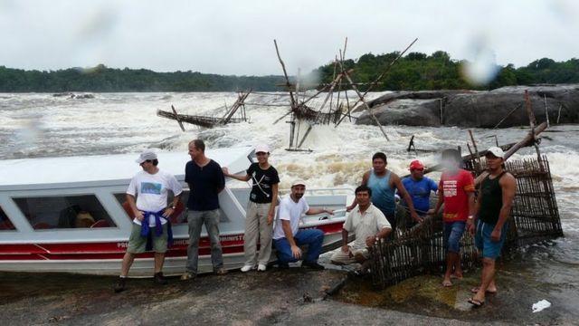Cientistas e indígenas que participaram da pesquisa posam para foto em frente a bargo nas margens do Rio Uapés