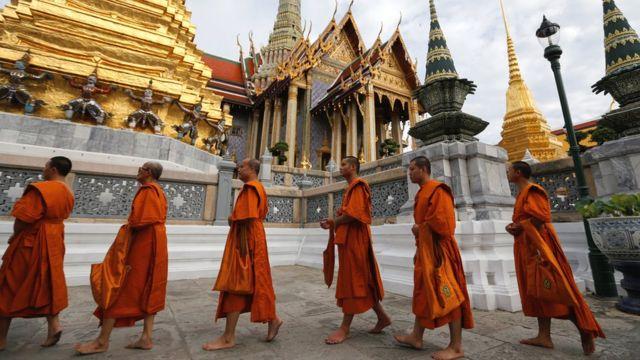 政治対立が続くタイでプミポン国王は国の統一の象徴だ(9日、バンコクで)
