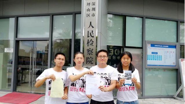 沈梦雨(左二)和岳昕(右一)等声援团成员8月10日向深圳市坪山区检察院递交公开信,要求敦促警方释放所有被捕工人