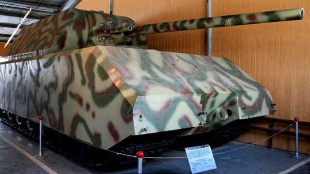 Сверхтяжелый немецкий танк Maus увяз в грунте на полевых испытаниях