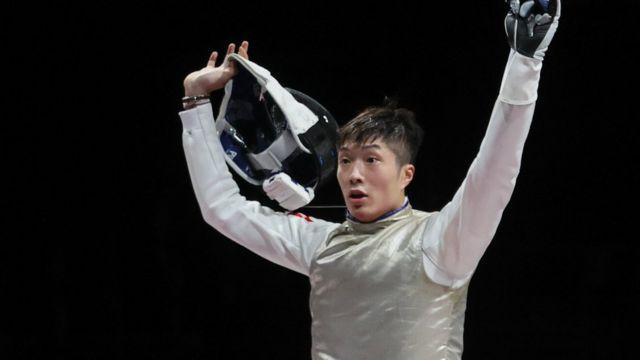 張家朗在日本千葉市東京奧運男子花劍比賽上勝出金牌賽之後露出難以置信的神情(26/7/2021)