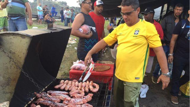 Homem faz churrasco em meio a manifestação