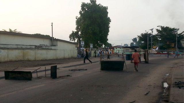 Abigaragambya bamagana guverinoma bashyizeho bariyeri i Brazzaville, muri repubulika ya Congo, ku ya 4/04, 2016