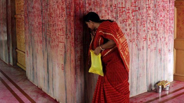 Mujer india en templo