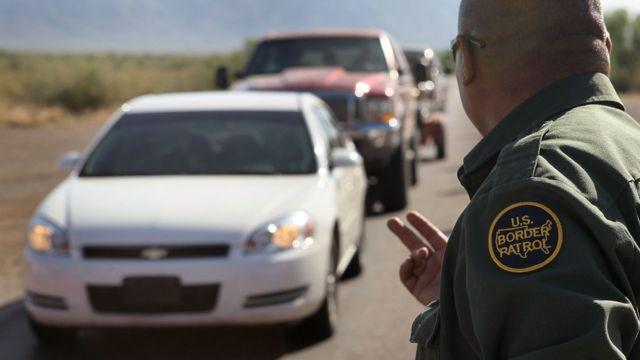 Agente de la Patrulla Fronteriza vigilando autos en Arizona.