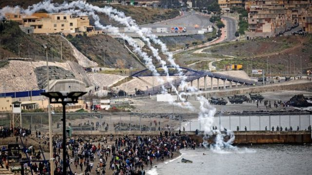 Spanish security forces fired tear gas through the border fence as Moroccan migrants gathered in the northern city of Fnideq to try to cross the border.