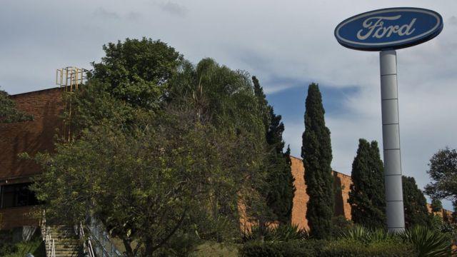 Fachada de fábrica em São Bernardo do Campo, com logo da Ford, durante o dia