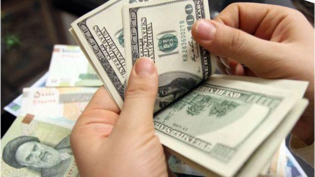 با وجود تعیین دستوری نرخ ارز، قیمت دلار در بازار آزاد حدود دو هفته پیش به بیش از ۹۰۰۰ تومان رسید
