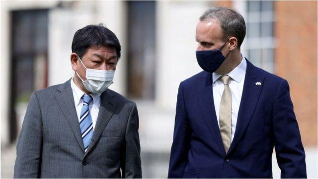 日本外相茂木敏充(左)与英国外交大臣拉布(右)。