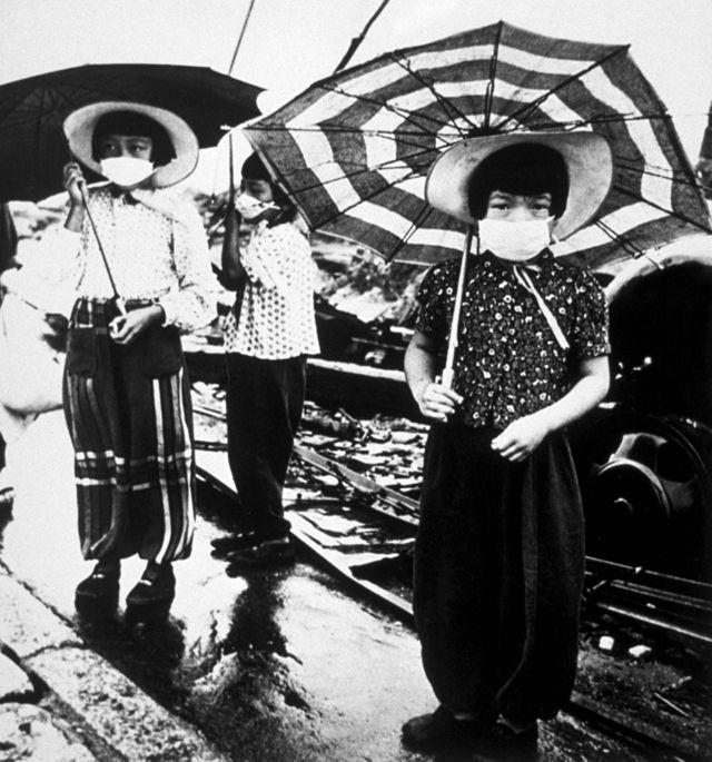 सन् १९४५ को अक्टोबरमा वायु प्रदुषणबाट बच्न मास्क लगाएका बालबालिकाहरू