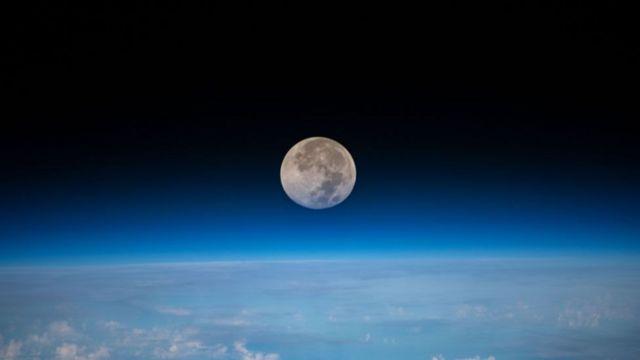 Luna y vista de agua