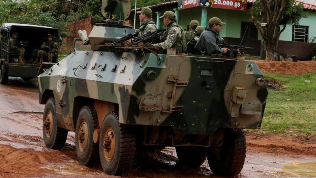 Tanque con militares en Paraguay